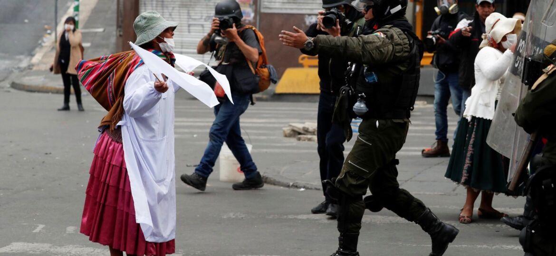 bolivia-contra-el-golpe-mujer-policia-2